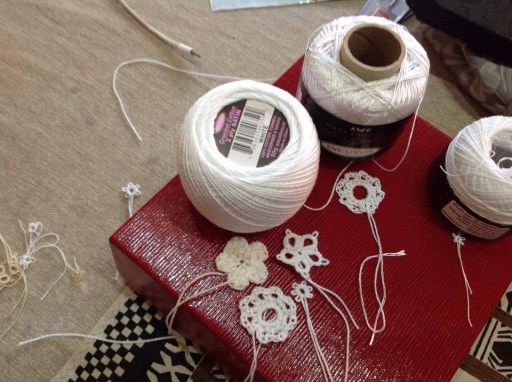 Tatting, flowers