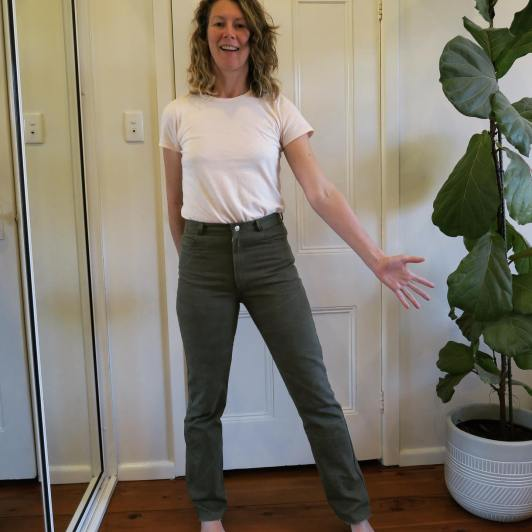 @crispystitches is seen wearing green Dawn Jeans from Megan Nielson Patterns and a white top.