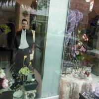 De flores y política, la vitrina de una florería
