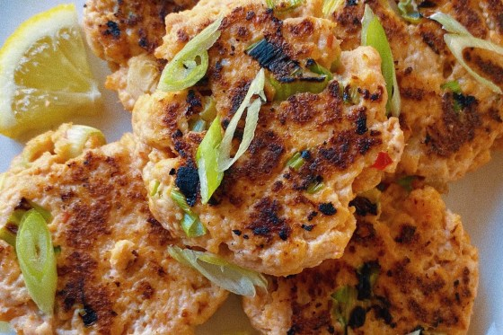 spicy salmon cakes featured