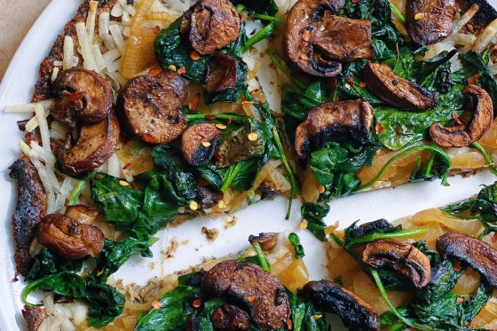 vegan mushroom and spinach white pizza with caramelized onions and roasted garlic featured