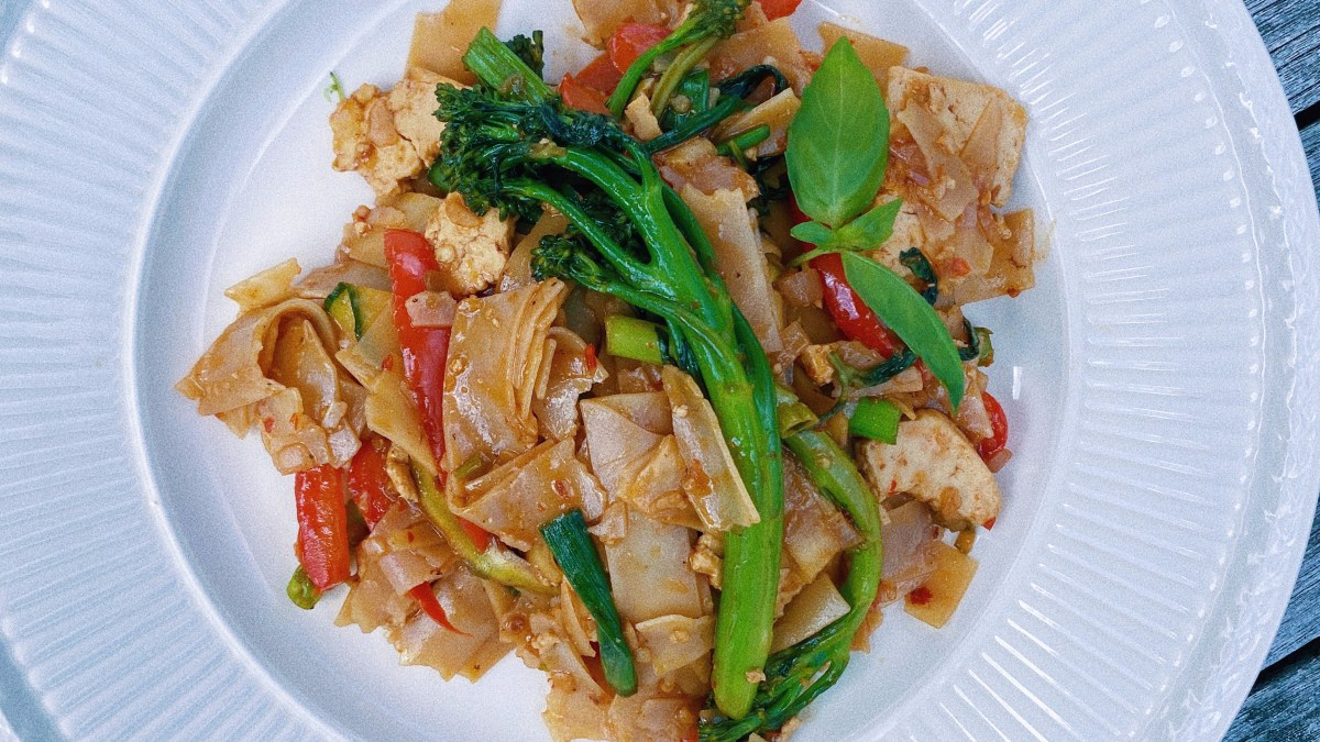 thai drunken noodles featured