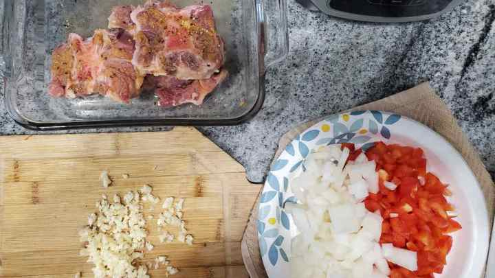 The ingredients needed for oxtail stew are red peppers, onions, garlic, vinegar, salt, pepper, granulated garlic, tomato paste, tomato sauce, red wine and water.