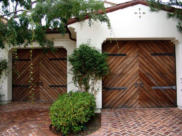 10 Astonishing Ideas for Garage Doors to Try at Home 3