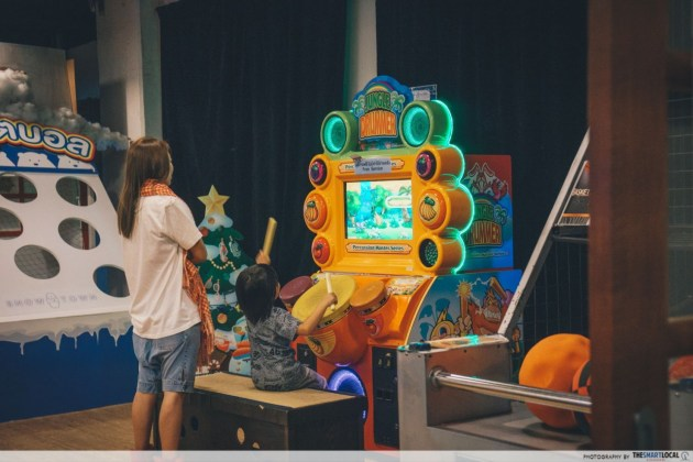 Play arcade games at Snow Town Bangkok's game zone