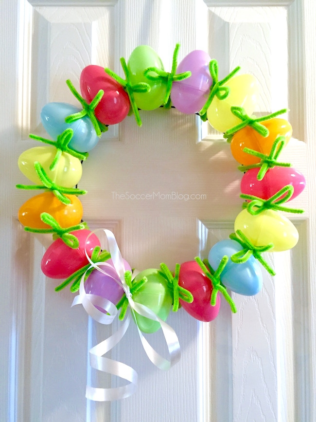 The Easiest Easter Egg Wreath (10 minute holiday craft)