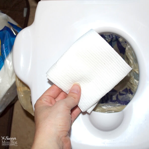 Potty training cleaning has never been easier! This time-saving trick is practically mess-free and keeps your hands clean!