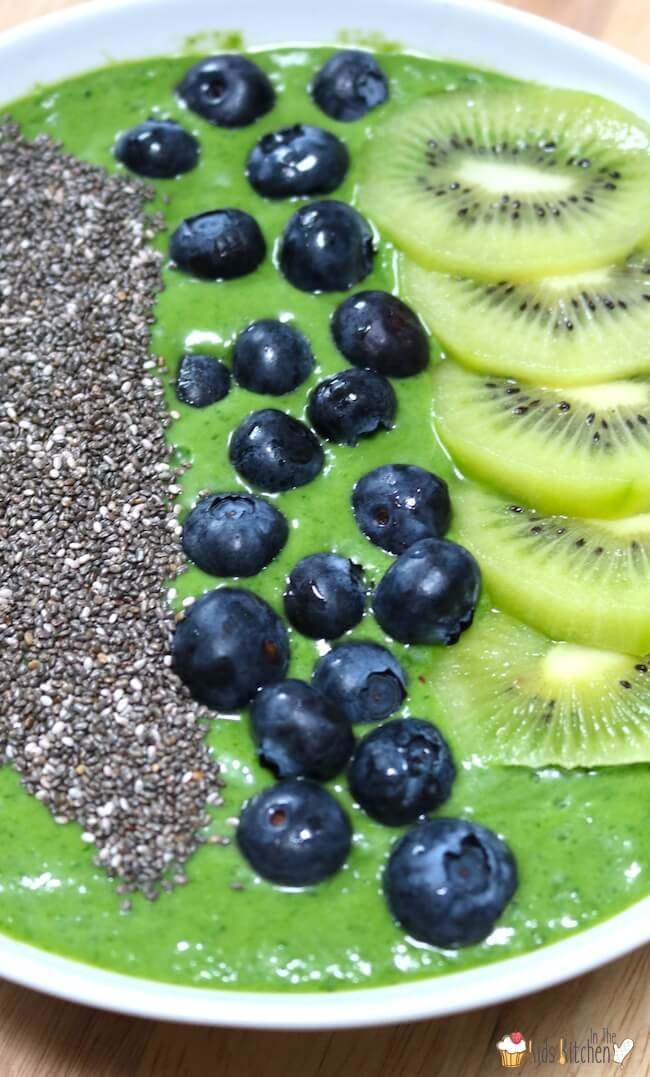 Green smoothie bowl with blueberries & kiwi