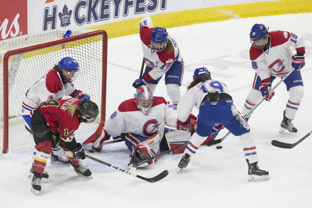 Les Canadiennes de Montreal's goaltender Emerance Maschmeyer makes a save during the 2019 Clarkson Cup game