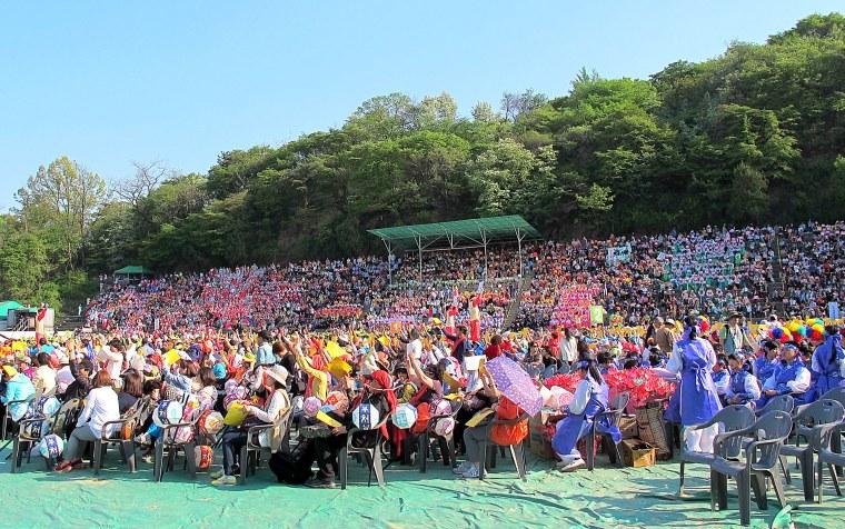 Eoulim Madang Crowds