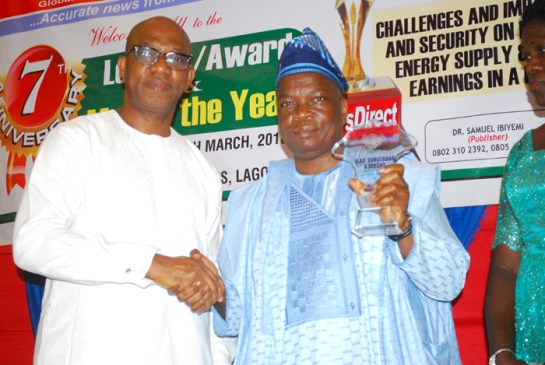 Mr. Hakee Bello representing Babatunde Fashola (r) receiving a plaque from prince Dapo Abiodun