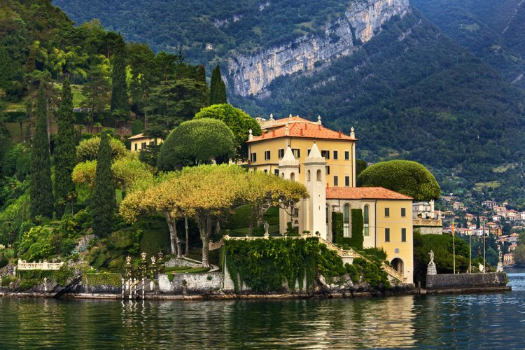 Lake Como Italy A lake getaway usually includes beer, tubing, and attractive coeds wearing rebel flag bikinis -- if you're lucky. For George Clooney and the celeb set, however, a vacation on the lake means stunning waterfront villas surrounded by breathtaking mountainscapes.