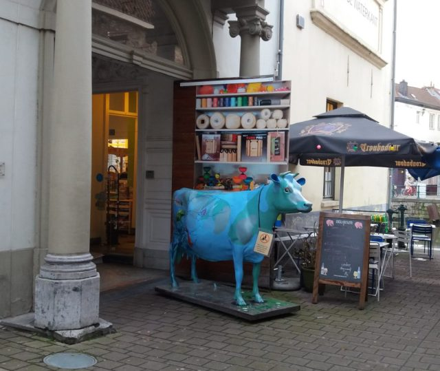 Blue cow in front of De Banier shop