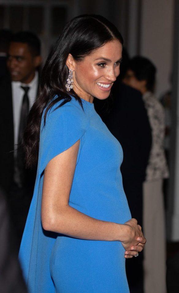... της βασιλικής οικογένειας να φορούν στις επίσημες εμφανίσεις τους  κοσμήματα τα οποία έχουν δανειστεί από σχεδιαστές -όπως για παράδειγμα 57d76e4e002