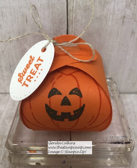 Harvest Hellos Pumpkin created with the Tiny Keepsakes Curvy box Dies from Stampin' Up! Details and ordering available on my blog here: https://wp.me/p59VWq-aq9 #stampinup #minicurvykeepsakesboxdie #thestampcamp #halloween