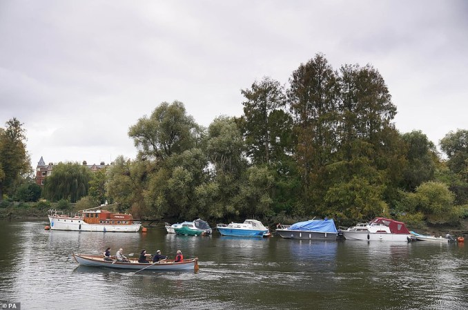 Group of five rowers took to the River Thames earlier today as they enjoyed some fresh air amid the tougher new restrictions placed on the capital
