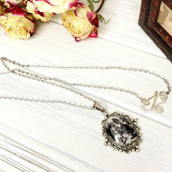 Alice in Wonderland Queen Necklace in Silver