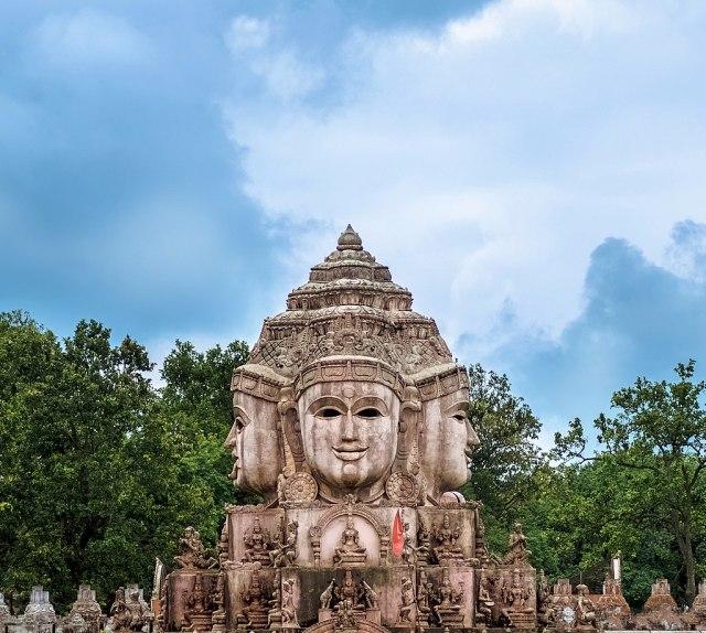 1024px-Yantra_Mandir,_Amarkantak,_Madhya_Pradesh_20160704-_DSC2824-Edit