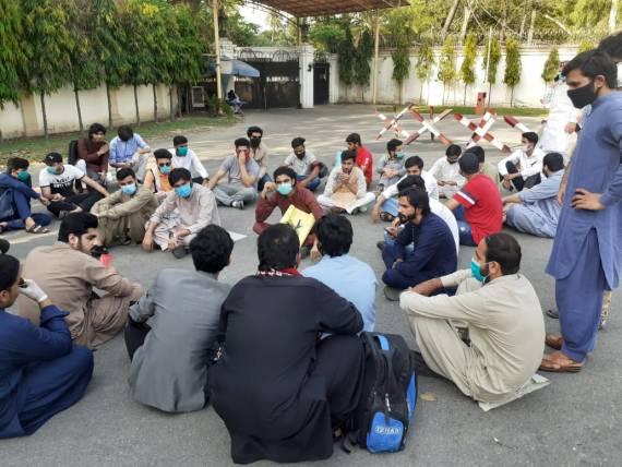 ایجوکیشن مافیہ کے خلاف طلبہ کا گورنر ہاؤس کے سامنے احتجاجی مظاہرہ
