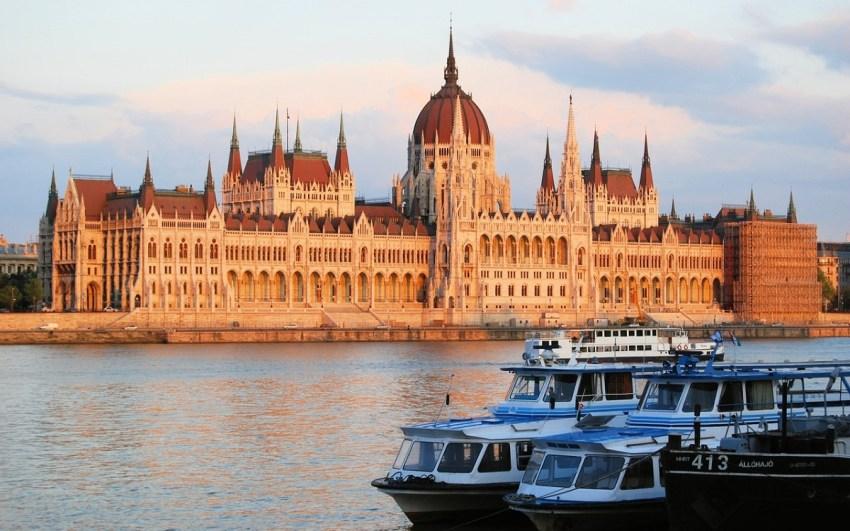 Palazzo del Parlamento di Budapest visto dal Danubio