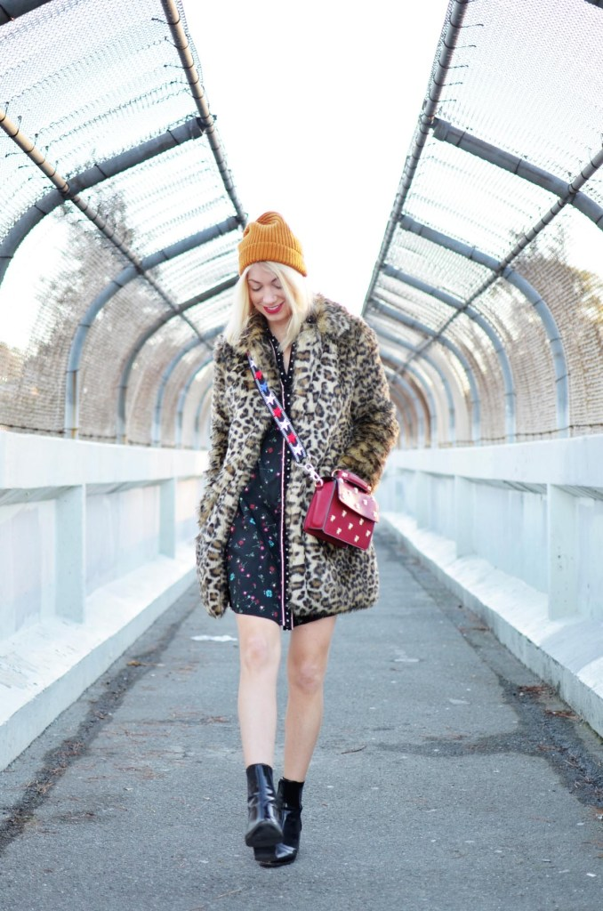 faux fur leopard coat, western shirt dress, red crossbody bag, star embellished bag strap // thestylesafari.com