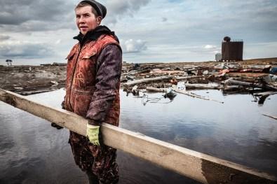 La vita delle popolazioni itineranti con le loro renne nella Repubblica di Komi, Russia. L'industria petrolifera, incurante dei rischi ambientali, è spesso responsabile di innumerevoli fuoriuscite di petrolio. Ciò produce inquinamento del suolo e dell'acqua e si traduce in una serie di problemi etici, umanitari ed ecologici. © Dmitrij Leltschuk / Greenpeace