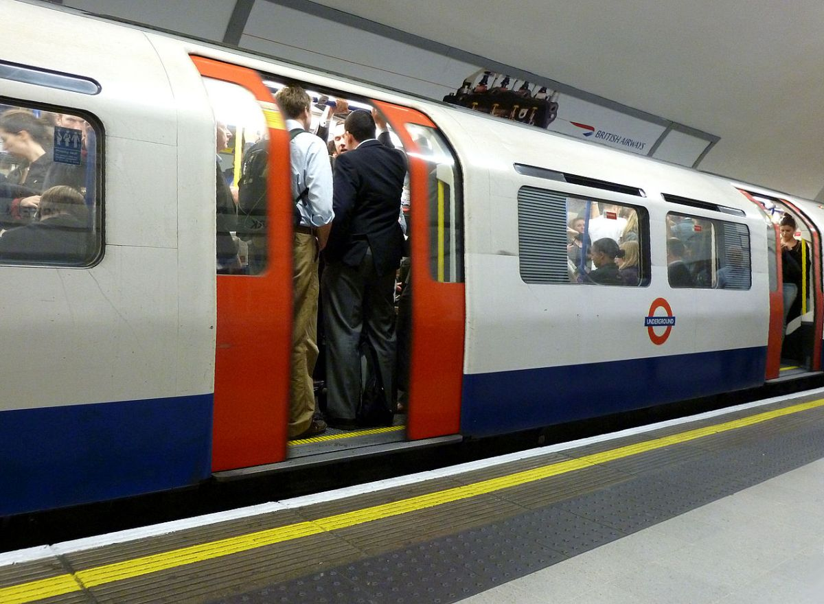 1280px-london_tube_leaving_the_station