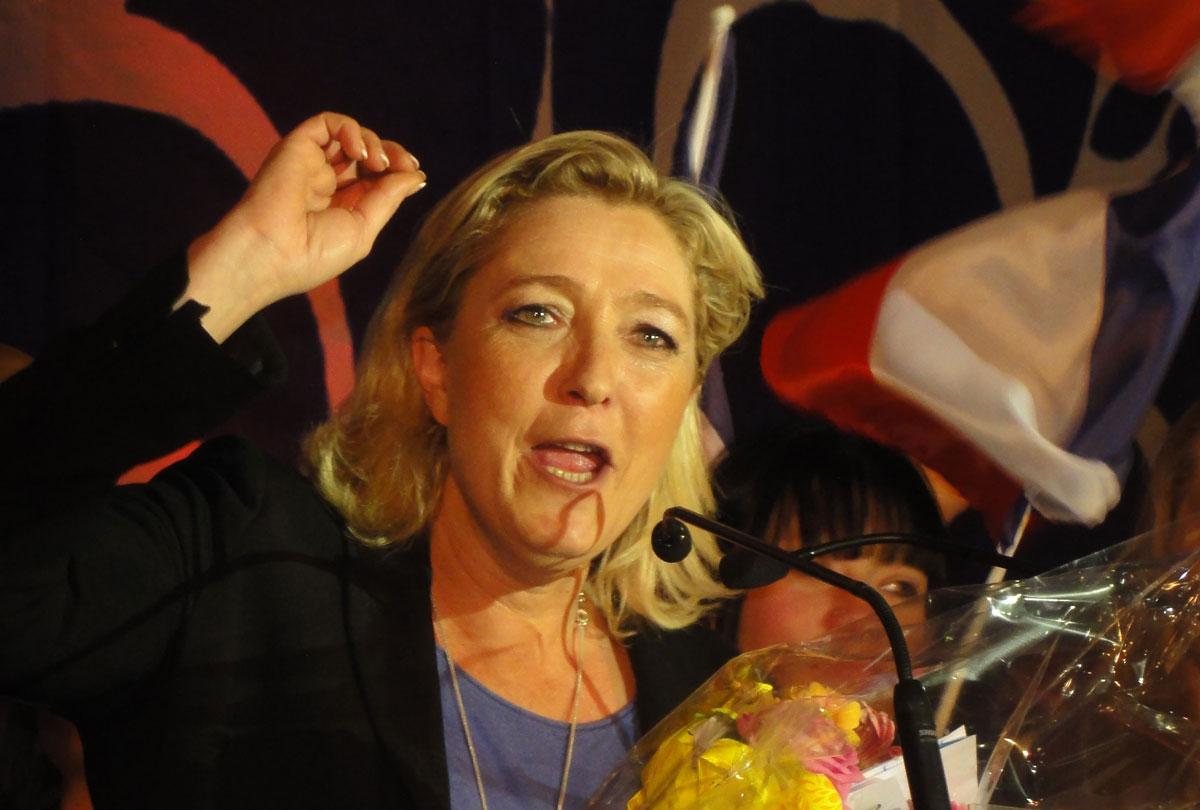 https://i2.wp.com/thesubmarine.it/wp-content/uploads/2017/02/Hénin-Beaumont_-_Marine_Le_Pen_au_Parlement_des_Invisibles_le_dimanche_15_avril_2012_N.jpg?fit=1200%2C810&ssl=1
