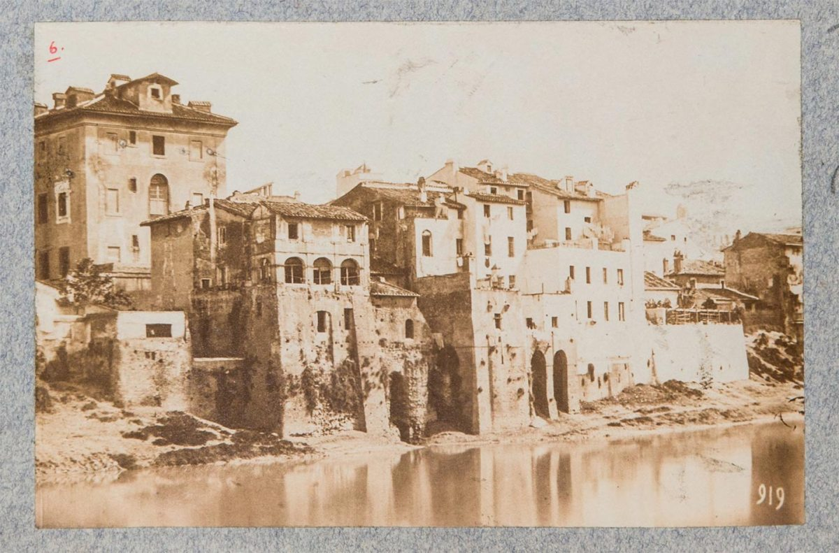 Tevere, abitazioni sull'argine del fiume prima della costruzione del lungotevere, 1880