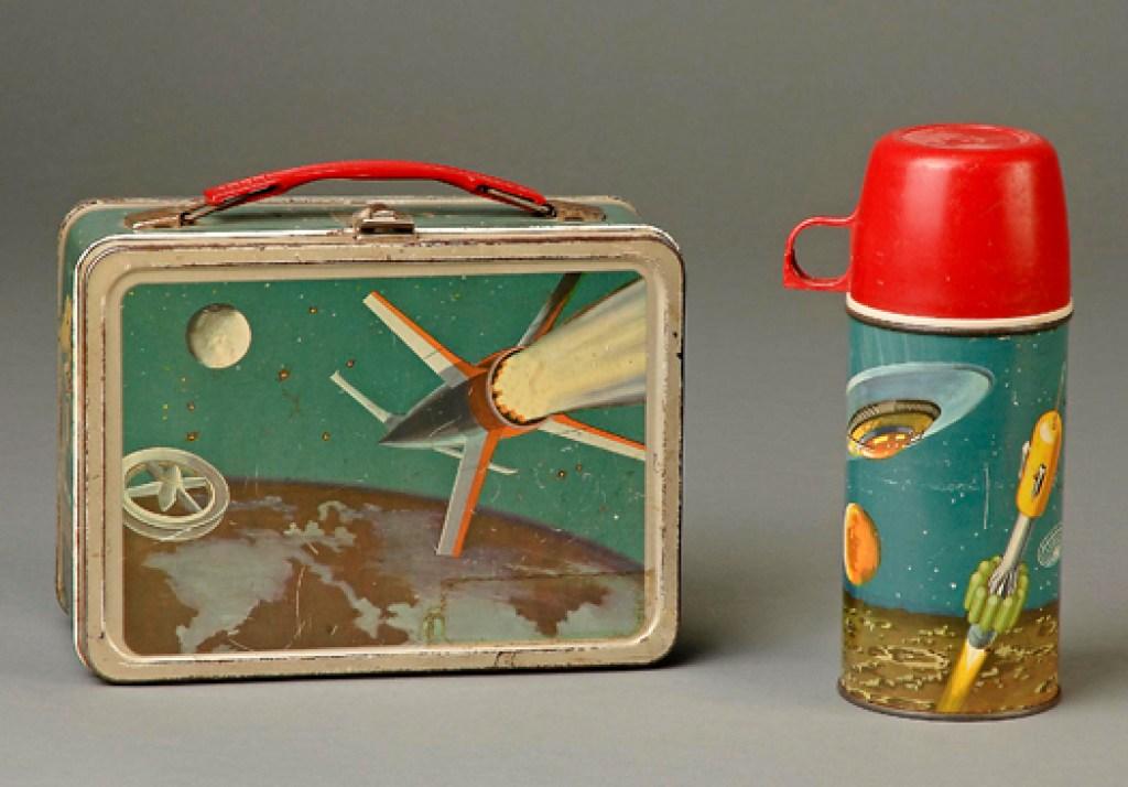 Dopo il lancio dello Sputnik nel 1957 si infiamma la corsa spaziale, e si inizia a istruire i bambini sul futuro spaziale.