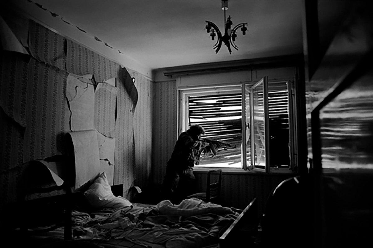 La battaglia per il controllo di Mostar è avvenuta di casa in casa, di stanza in stanza, tra vicini. Una camera da letto è diventata un campo di battaglia. Bosnia-Erzegovina, Mostar, 1993. © James Nachtwey/Contrasto