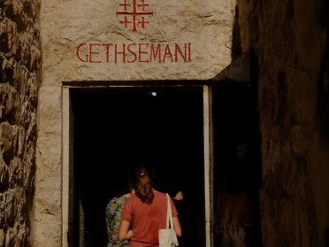 Una pellegrina visita il Getsemani