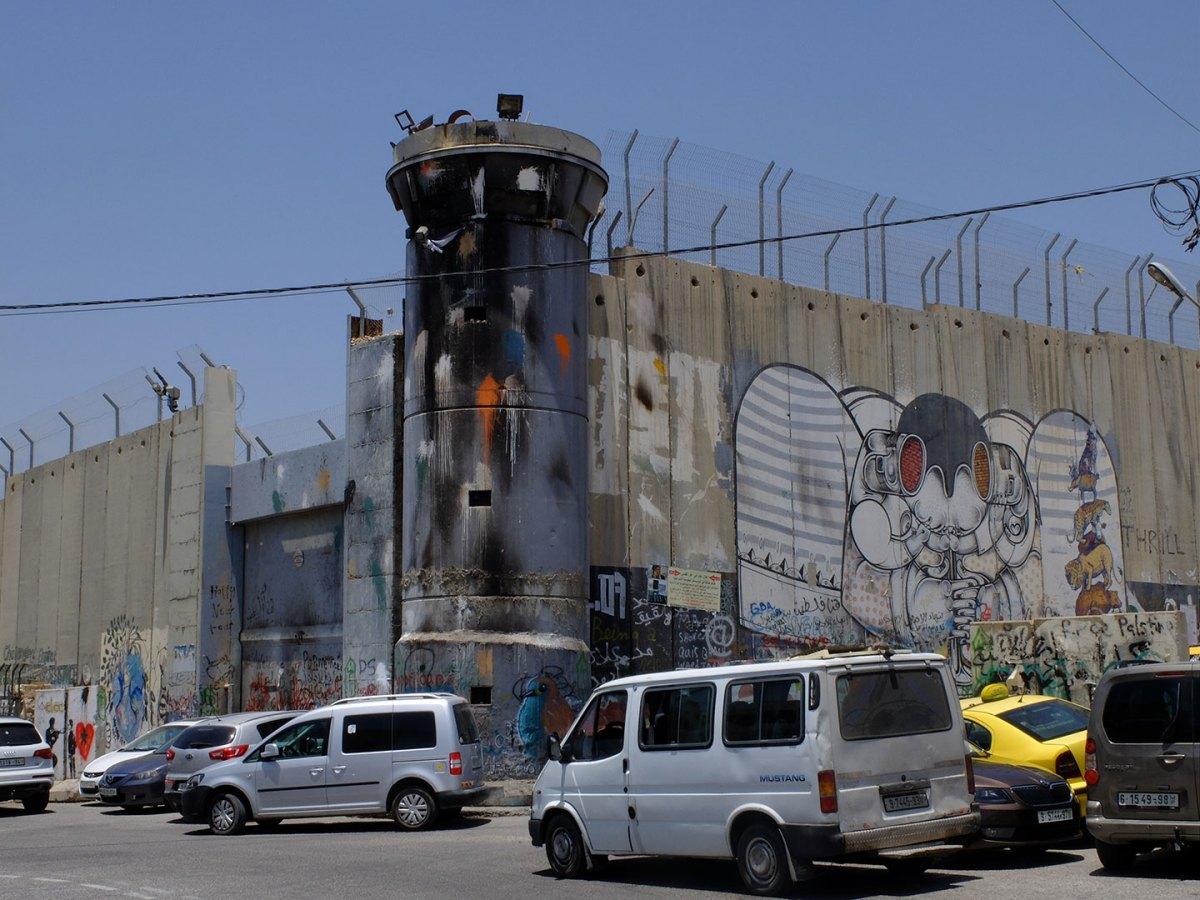 Betlemme, una torretta posta sul muro di divisione tra Israele e Palestina. Qui davanti, dopo la preghiera del venerdì, non è strano trovare palestinesi intenti a lanciare pietre contro il muro