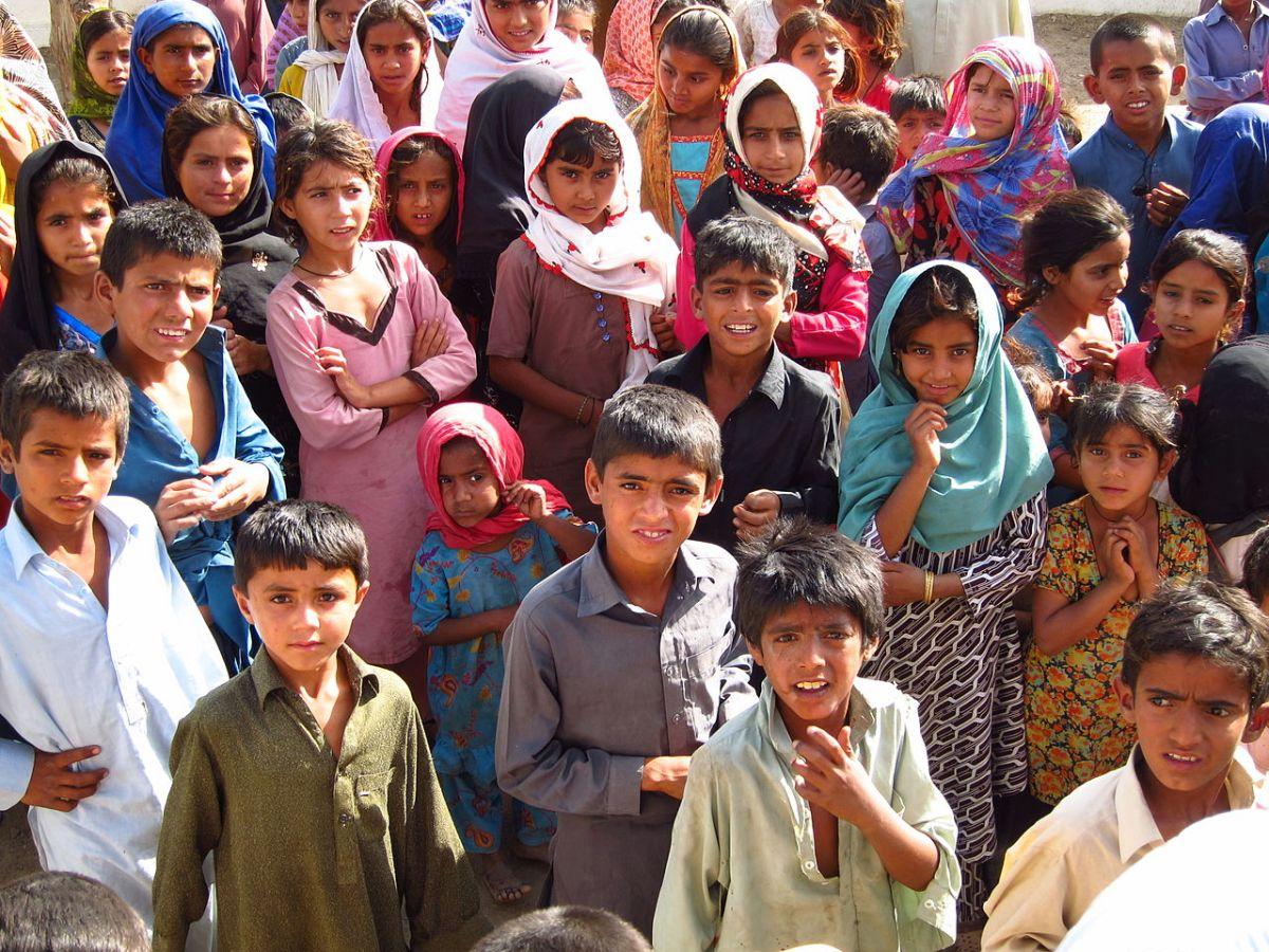 https://i2.wp.com/thesubmarine.it/wp-content/uploads/2018/02/Children_in_a_village_Sindh_Pakistan_April_2012_8405077775.jpg?fit=1200%2C900&ssl=1