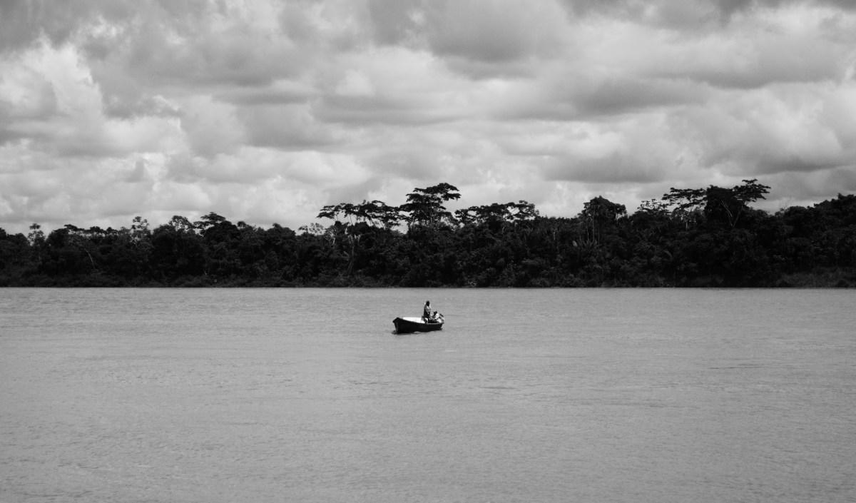 Una barca da pesca sulle acque del rio xingu