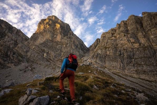In ripida salita, tra le Alpi Marittime
