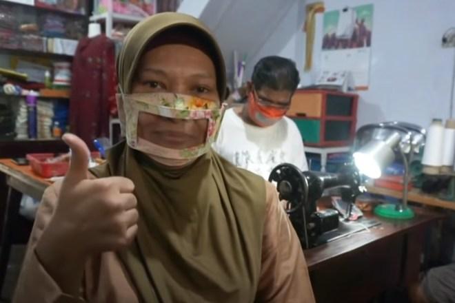 In Indonesia due artigiani producono mascherine che permettono di leggere il labiale