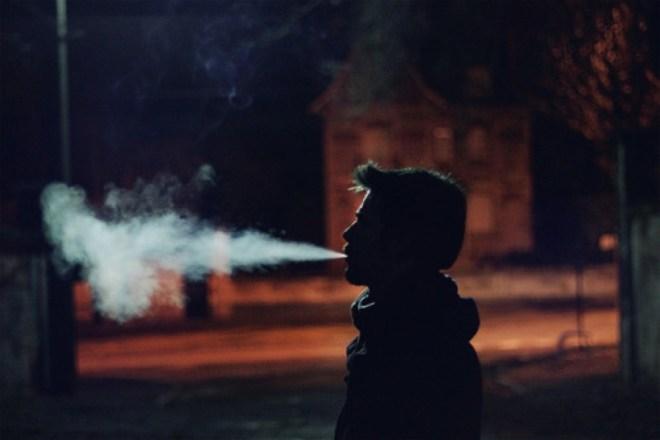 Fumando per strada si rischia il contagio? Secondo queste comunità spagnole, sì