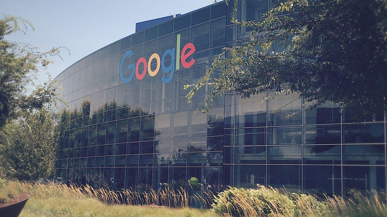 """Google e Facebook """"hanno fatto cartello"""" per controllare il mercato delle pubblicità e spiare gli utenti"""