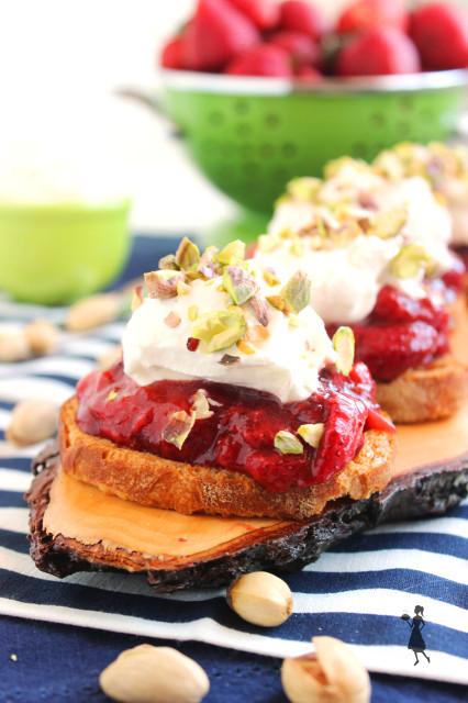 Roasted Balsamic Strawberry Crostini with Mascarpone Whipped Cream | The Suburban Soapbox