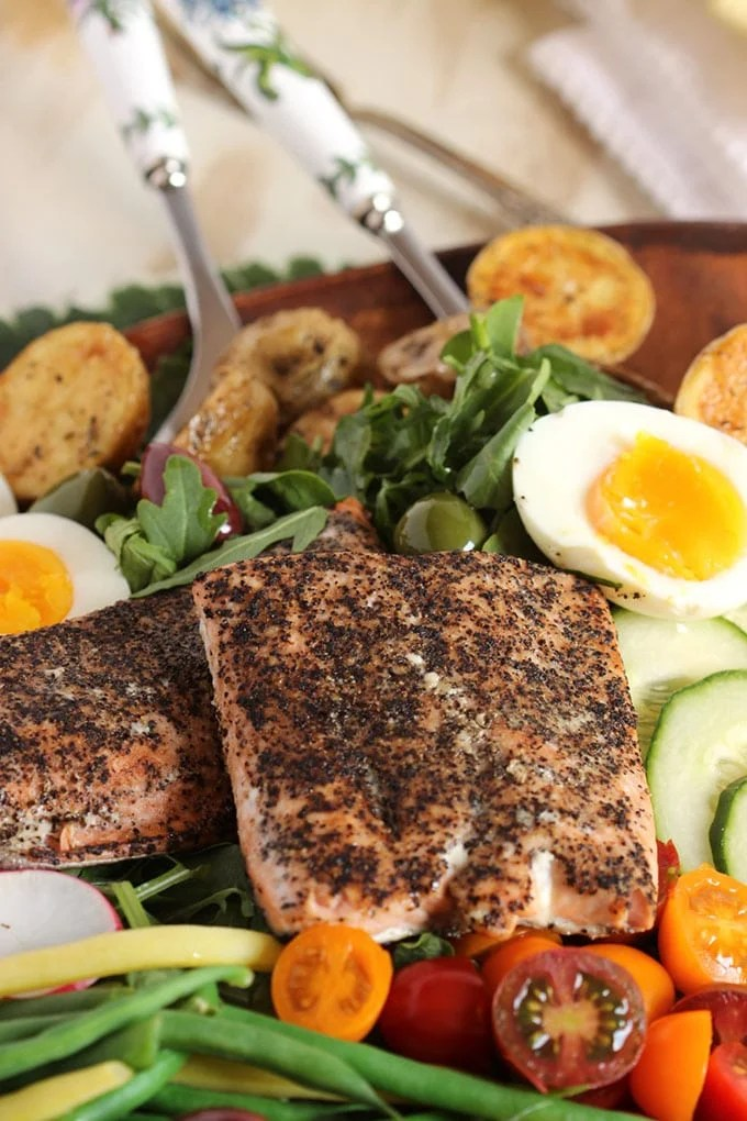 Salmon Nicoise Salad with Roasted Red Pepper Vinaigrette | TheSuburbanSoapbox.com #BBSuperFresh #Seafoodies