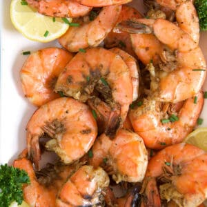 A plate of steamed shrimp is ready to be eaten.