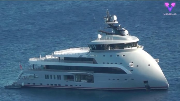 This strange yacht seems to have the bow turned