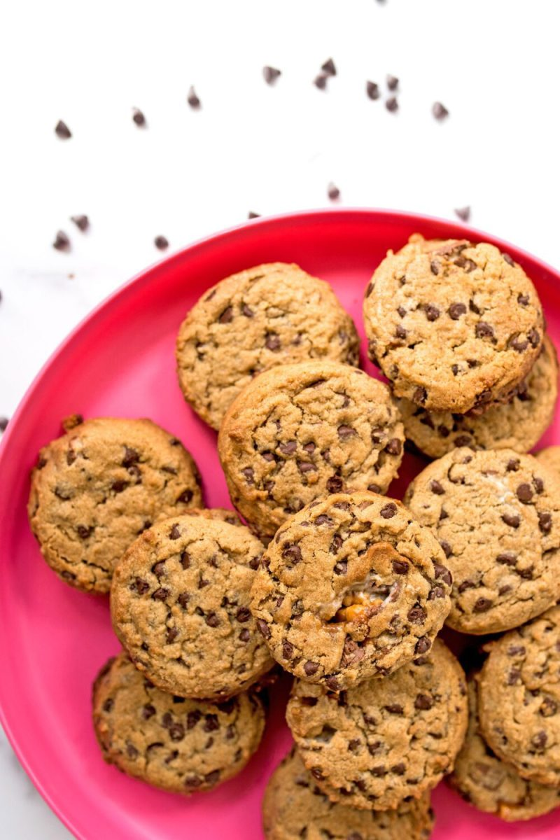 hot pink plate holding peanut butter chocolate chip snickers cookies