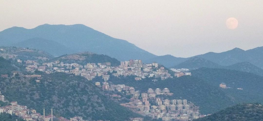 Dans la vapeur blanche des jours sans vent (Carnet de voyage en Turquie – 1er août) : Istanbul — Antalya — Kumluca — Demre —Kaş