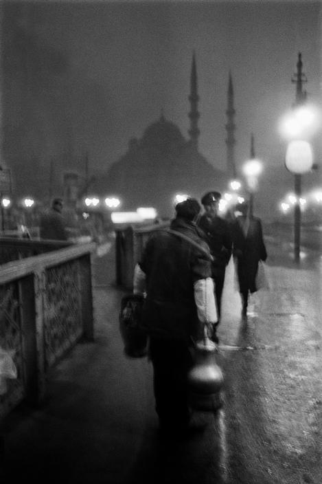 Vendeur de salep dans la lumière du matin - Vieux pont de Galata - Istanbukl - 1957