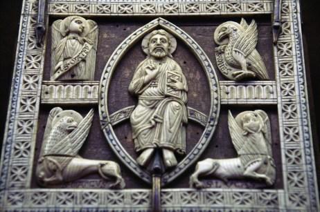 Christ en majesté et Tétramorphe - Couvercle de coffret, bois et ivoire, Cologne, première moitié du XIIIième siècle. Musée de Cluny, Paris.