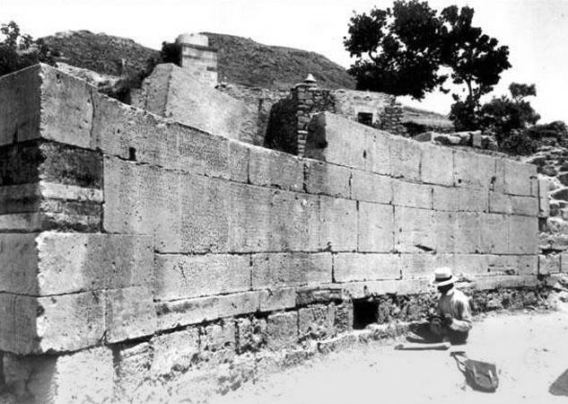 L'archéologue Federico Halbherr devant le mur du Code de Gortyne vers 1900