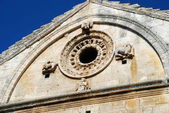 Oculus et tétramorphe ornant la façade de la chapelle Saint-Gabriel de Tarascon