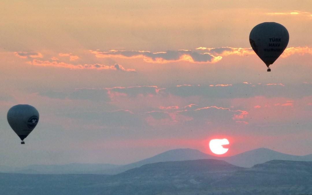 Dans la vapeur blanche des jours sans vent (carnet de voyage en Turquie — 15 août) : La Cappadoce vue des airs et les cités souterraines de Tatlarin et Derinkuyu